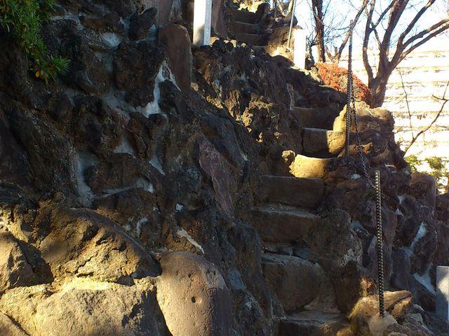登山道の細い階段。少々スリリングである。_品川神社
