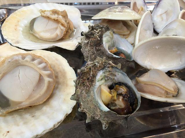 貝や魚を焼いてくれます。_塩釜水産物仲卸市場