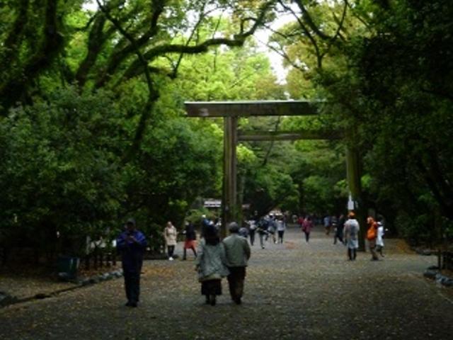 平日でも参拝客は結構多い_熱田神宮