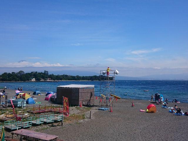 左隅背後に富士山の頭が見えます。_大瀬海水浴場