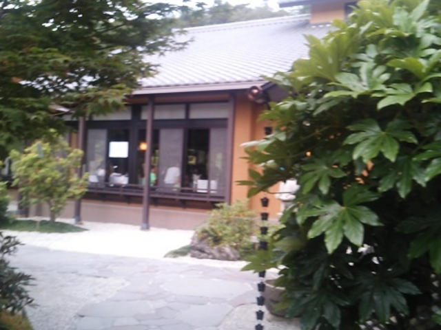 門をくぐった所の中庭_天然温泉 三峰