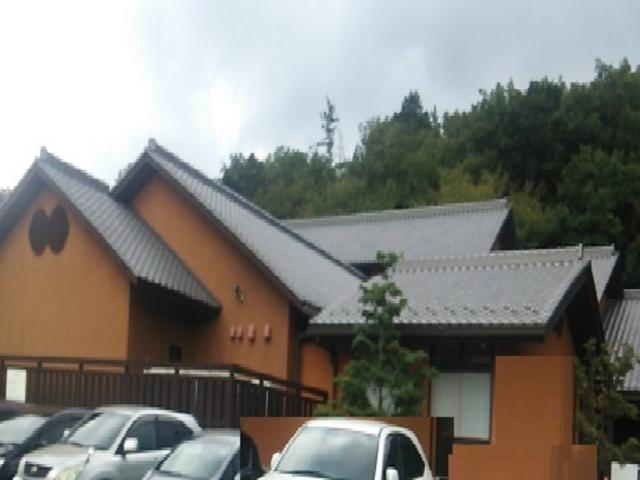 純日本風瓦屋根の建物_天然温泉 三峰