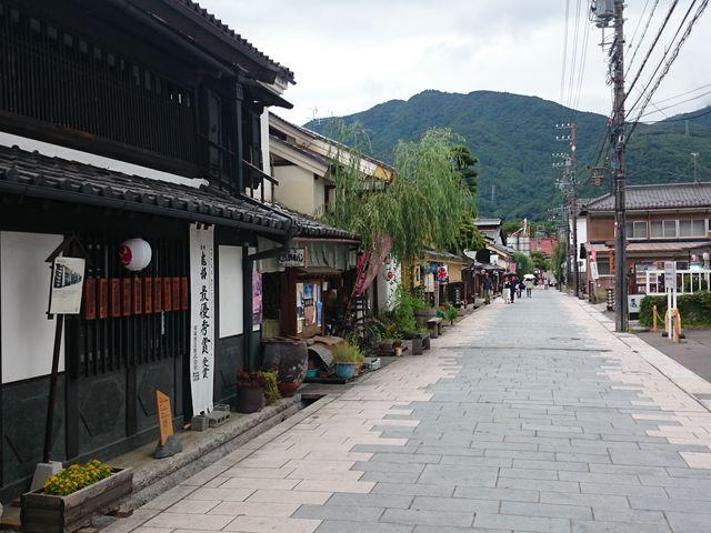 石畳の通りに古い建物が立ち並んでいます_北国街道