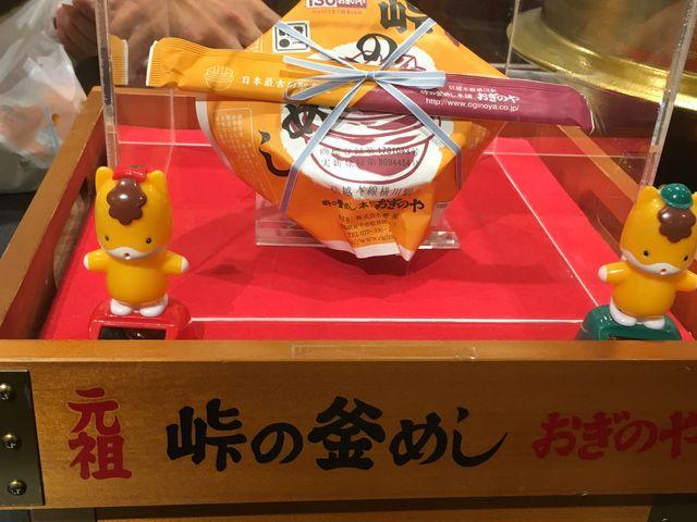 店内の「釜めし」展示・ショーケース(4/5)_おぎのやドライブイン横川本店