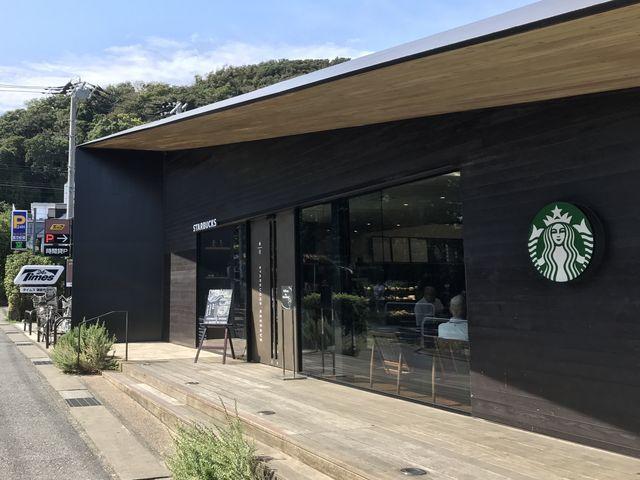 看板が控えめなので、初めて行く人は、隣の紀伊國屋を目標にするのが良いでしょう。_スターバックス・コーヒー 鎌倉御成町店