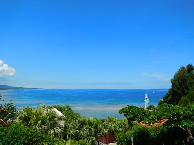 テラスからは、海中展望塔がみえます_万国津梁館 カフェテラス