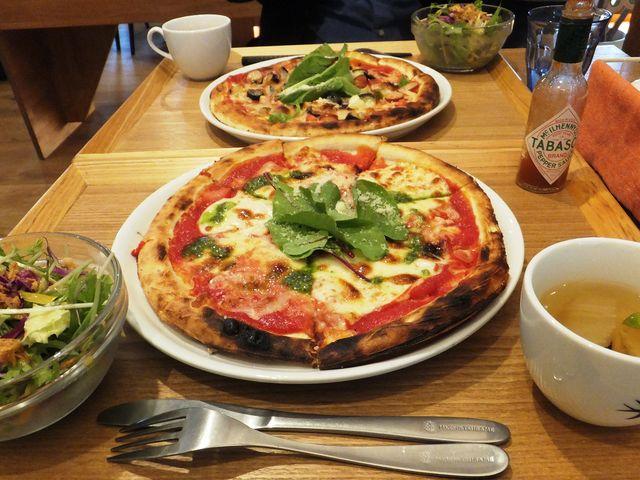 トマトとモッツァレラチーズのピザ_ツバメカフェ PIZZA&RESTAURANT