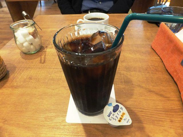 たっぷりサイズのアイスコーヒー:ツバメはコースターに。_ツバメカフェ PIZZA&RESTAURANT