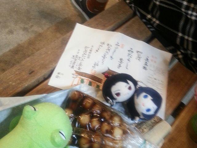持ち帰りの団子を、駅のベンチで_加茂みたらし茶屋