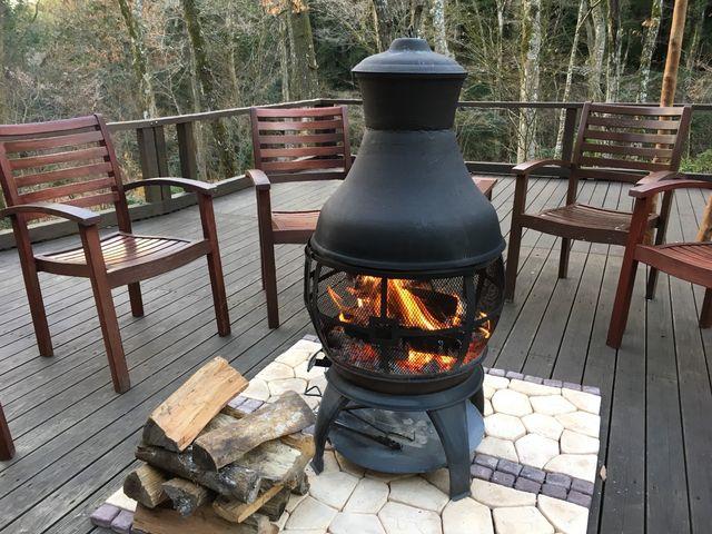 温泉で火照った体を、外のテラスで冷してまた温泉に。テラスには薪ストーブがあってほっこり♪_モダン湯治 おんりーゆー
