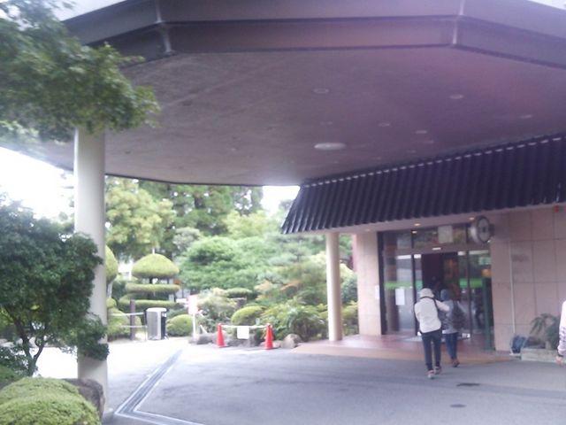 ホテル玄関、緑豊かな山裾にあるホテル_湯元グリーンホテル