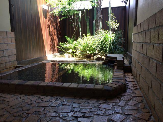 坪庭仕立ての露天風呂もあります。_温泉邸湯~庵