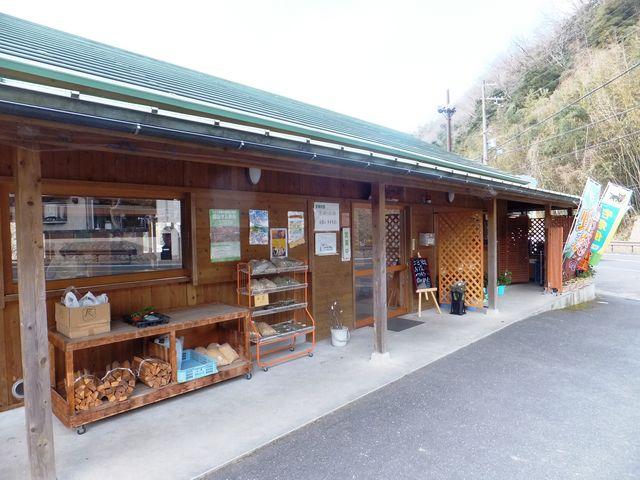 お茶を使った食品はもちろん、薪やら苗などいろんな物が並んでいます。_南山城村農林産物直売所