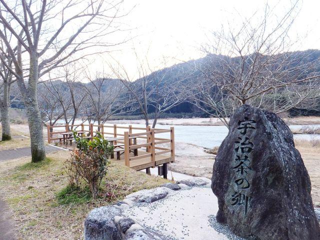 すぐ近くに木津川河畔があり、記念写真用のお立ち台があります。_南山城村農林産物直売所