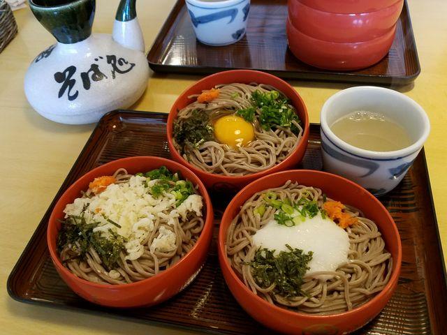 一つ一つの皿は小降りで、丁度良いお蕎麦の量でした。コシのある細麺で食べやすく美味しかったです。_八雲 本店