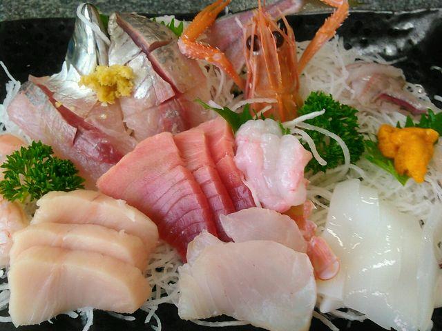 一番上の刺身定食。この価格でこれだけ盛り込まれ、この質は、日本一かも?とまじで思っているのです。_の一食堂