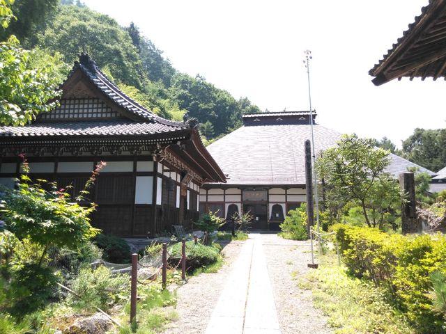 左が禅堂、正面が本堂です。_龍光院
