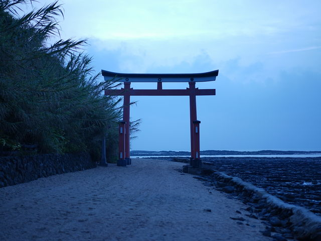 太陽が昇る前の、青島神社の鳥居です。_青島神社