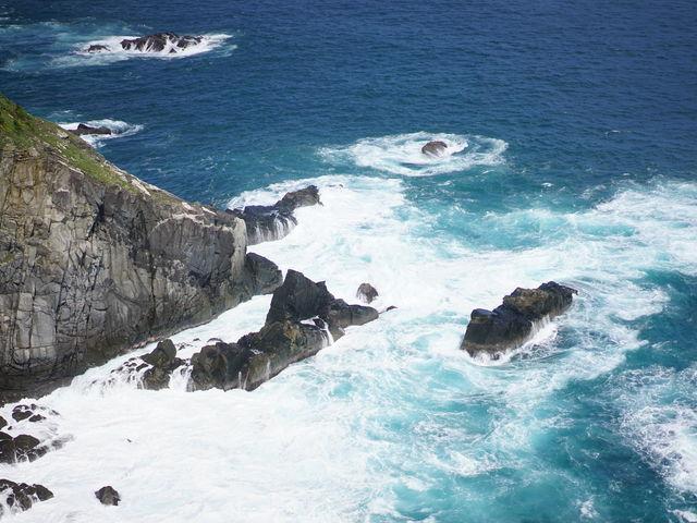 打ち付ける波によって海岸は白色、コバルトブルー、海色の3段階のグラデーションに染まっていました。_足摺岬展望台