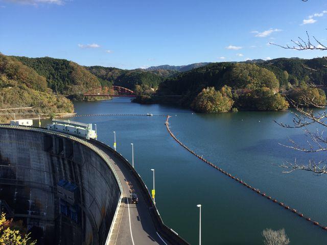 展望広場からの癒される雄大な景色。ダムの上を道が走っているのが面白い。_青蓮寺湖