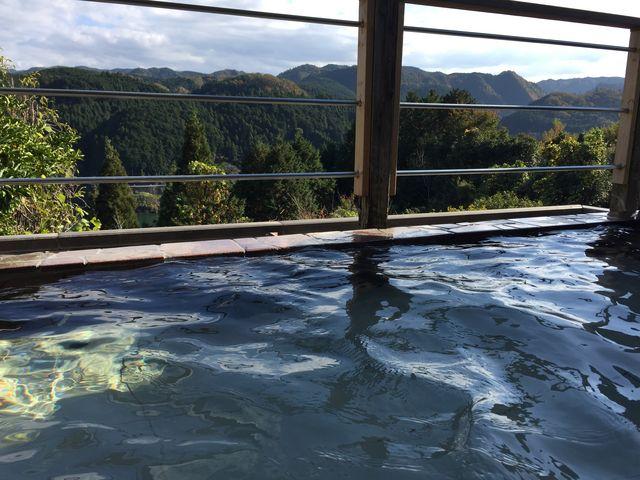 ほど近いレイクシティーホテルさんの絶景露天風呂。 湯に浸かりながら見る青蓮寺湖の景色に癒される_青蓮寺湖