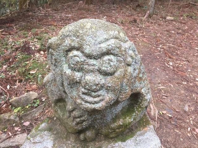 笑ってるような怒ってるような_猿石