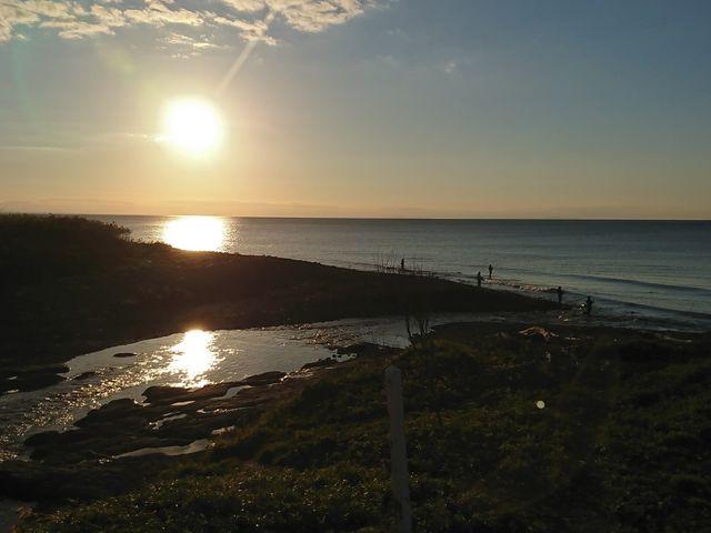 夕陽が背中を..._知床海岸