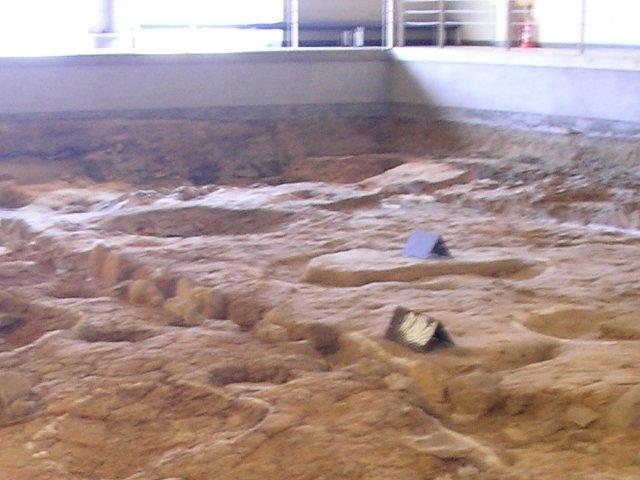 屋根つきの発掘現場_鴻臚館跡展示館