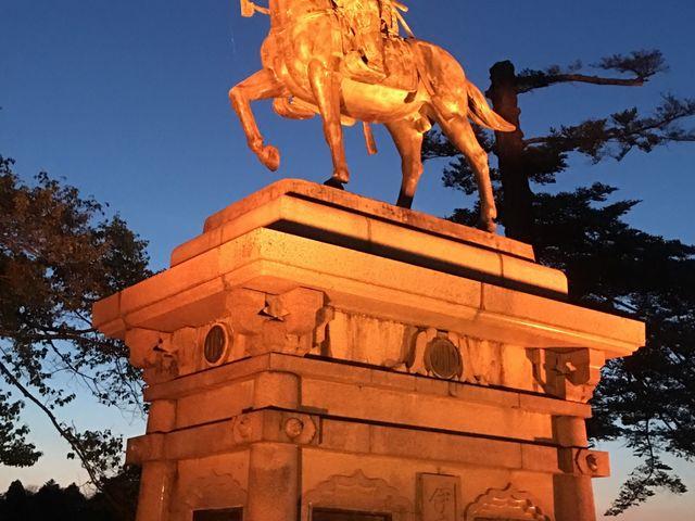 政宗公の騎馬像。夜はライトアップされてます。_仙台城跡