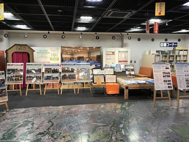 図書コーナーとダンボール住居_長岡震災アーカイブセンター きおくみらい
