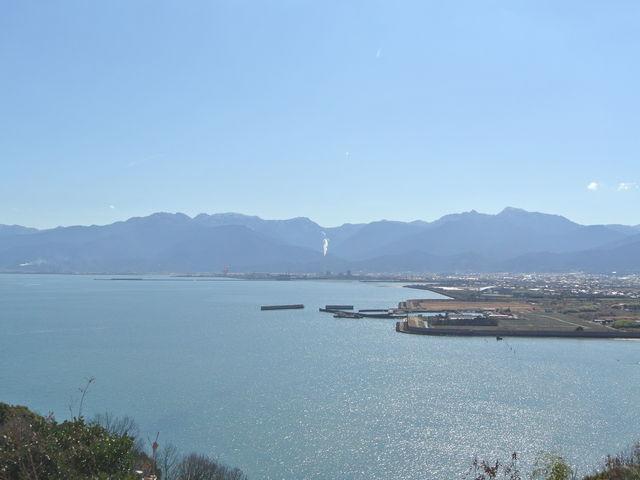 玄関前より西日本最高峰「石鎚山」を含む美しい稜線を眺める_休暇村瀬戸内東予