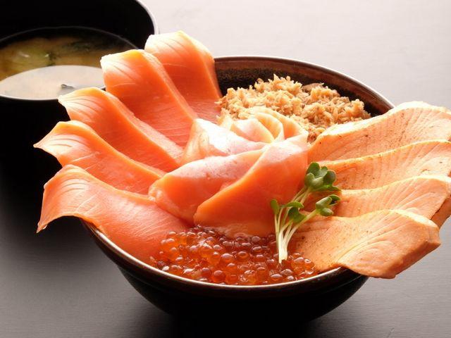 若狭路ご膳の特別賞を受賞したスペシャルサーモン丼_日本海さかな街