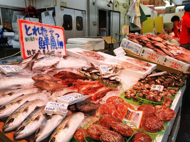 季節ごとの旬の魚介が売場に並びます_日本海さかな街