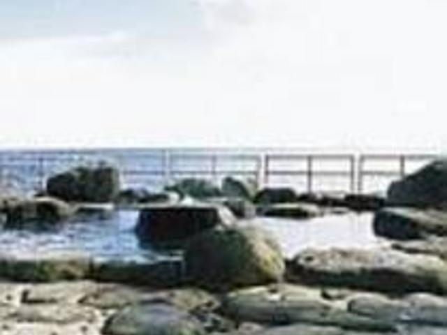 広い海が目の前に、開放的な公共の露天風呂_高磯の湯
