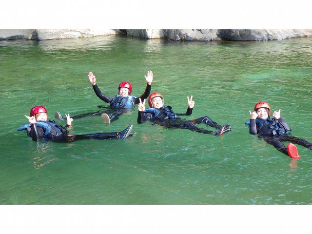 夏の利根川は透明度MAX!!ラフティング中に泳ぐこともできます♪_TOP水上カンパニー