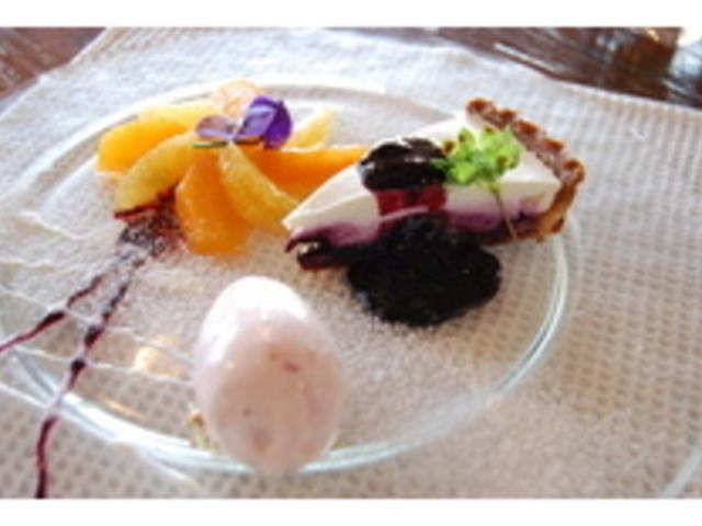 濃厚でさっぱりしたレアチーズケーキ。ブルーベリージャムをたっぷりしきつめました。_ブルーベリーフィールズ紀伊國屋