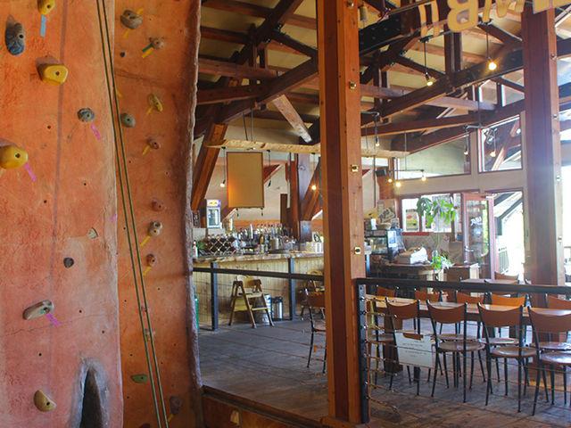 センター内にはクライミング壁、アウトドアショップ、レストラン_NACニセコアドベンチャーセンター