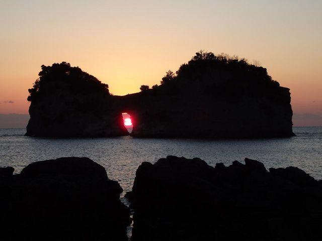 円月島の穴に沈む夕日_グラスボート