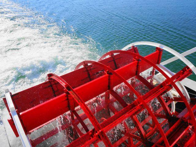 ミシガンのシンボル!後部外輪(パドル) 水しぶきをあげて回る様子は迫力があります。_ミシガンクルーズ(琵琶湖汽船)