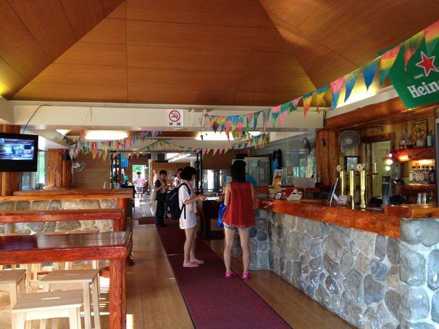 海外風カフェでは特製バーガーやドリンクをどうぞ!_キャニオンズみなかみ