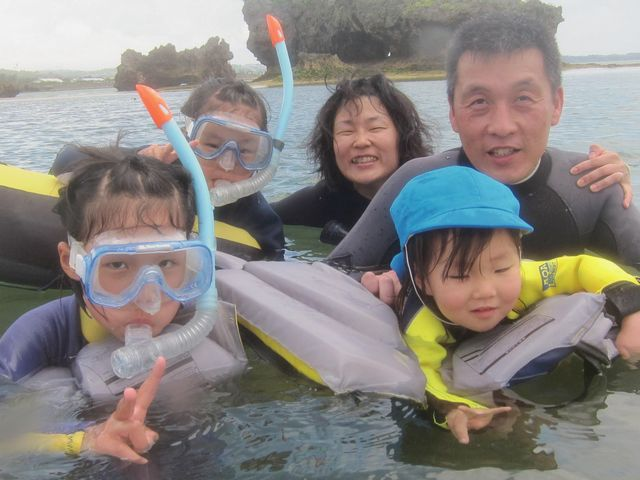 ファミリースノーケルでは小さなお子様も一緒にインストラクター貸切で安心して楽しめます_ダイビングサービスあいる・ぷまんどぅ