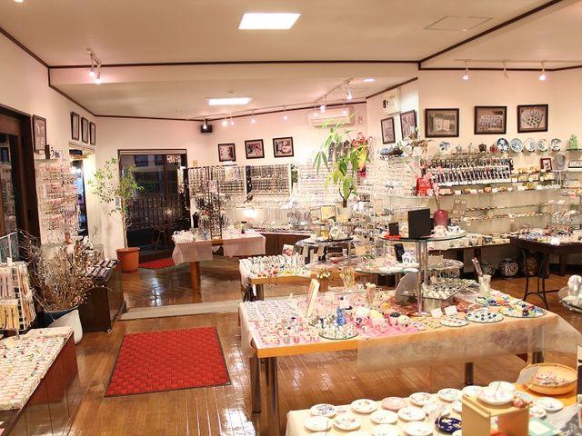 店内には当店自慢の有田焼の小物アクセサリーを多数揃えております。_有田焼アクセサリー小物 二宮閑山
