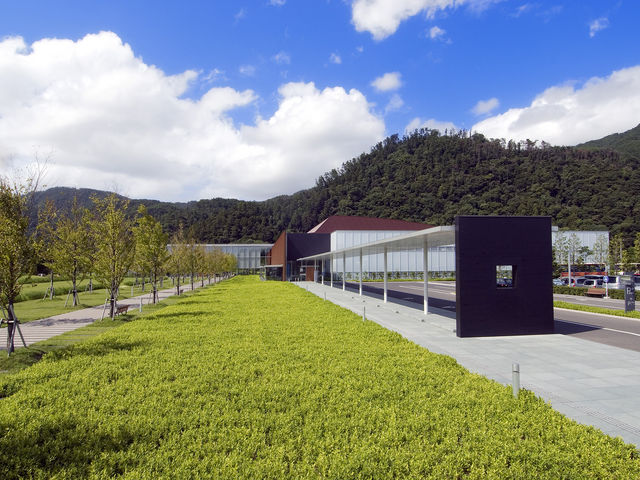 正面入り口に続く桂の並木道にはかわいいウサギが♪_島根県立古代出雲歴史博物館