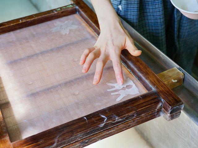漉いた紙に切り紙やもみじの葉をならべて模様をつけます。_おぐに和紙