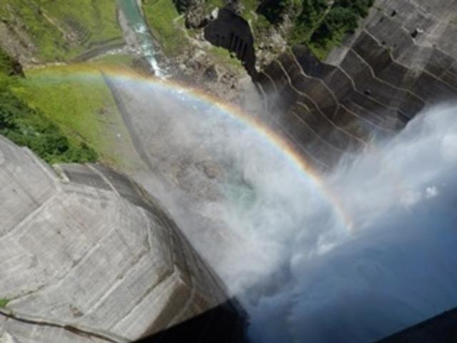 黒部ダムの観光放水の虹_黒部ダム