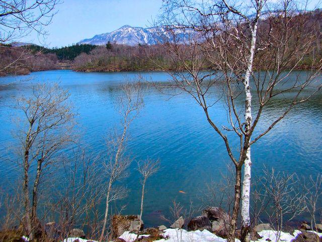 5月のゴールデンウィークに撮影した志賀高原の琵琶池。 湖畔には,まだ残雪が・・・・。_志賀高原