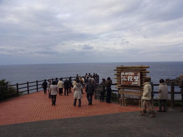 平日の朝ですが団体客が大勢いました。_三段壁展望台