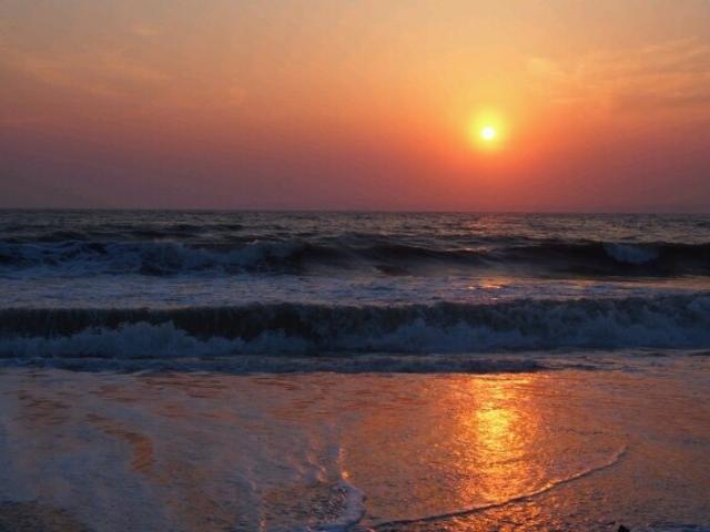波に映える夕陽に心奪われます。_新舞子海水浴場