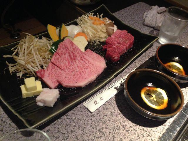 お肉は自分のお好みでポン酢のようなタレで食べます。タレも美味しかった!_かど萬