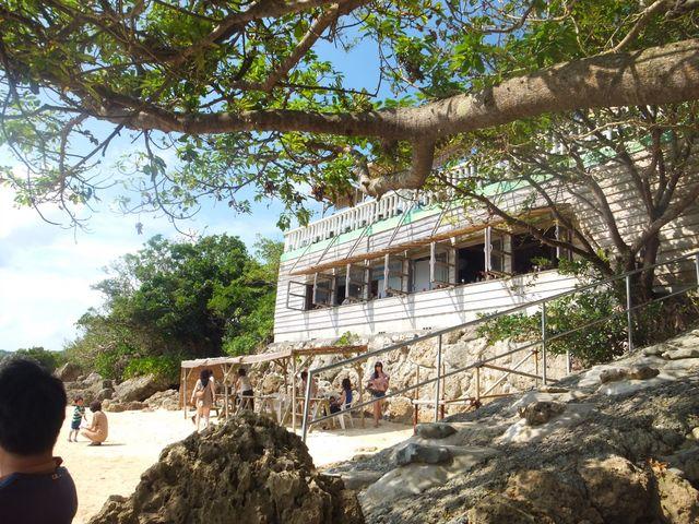 窓際の席が特等席!_浜辺の茶屋